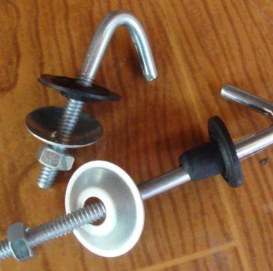 Kavelj J vijaka s podložko in matico ter gumijast sestavljen